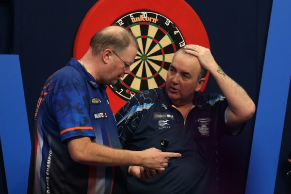 Darts legends in a duel: Taylor challenges Barney in his own living room!